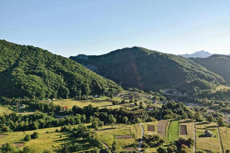 Zugfahrt durch das Dinarische Gebirge